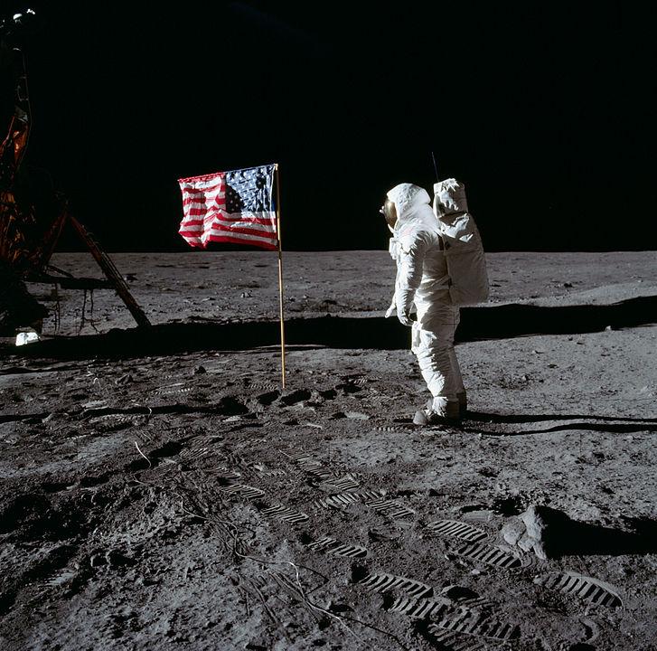 """""""Buzz"""" Aldrin űrhajós a Holdon, az amerikai zászlóval"""